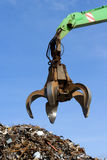 Hydraulischer Grabscher oben auf Metallhaufen Lizenzfreies Stockbild