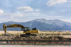 Hydraulischer Hammer bei dem Errichten einer Straße, des beweglichen und bohrenden Bodens und des Felsens lizenzfreie stockbilder