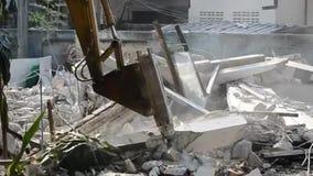 Hydraulischer Hammer der Maschine Altbau in der Baustelle zerstören stock video footage