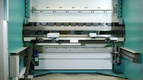Hydraulischer verbiegende Maschine CNC Rückseitige Ansicht Bewegen Sie die verschiedenen Teile des Apparates für die Fertigung vo stock video footage