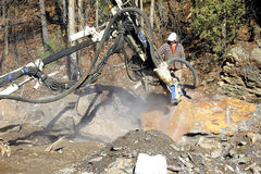 Hydraulisches Bohrgerät-Bohren in Felsen Lizenzfreie Stockbilder