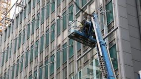 Hydraulisk kran för arbetare som installerar fönster Royaltyfri Fotografi