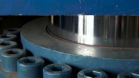 Hydraulisk press i handling stock video