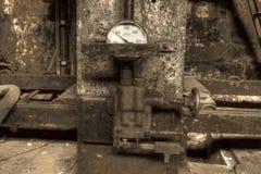 Hydraulisk press med måttet Arkivfoton