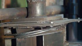 Hydraulisk press på tillverkning gem Process för hydraulisk press Create buktade formade delar med en hydraulisk press Arkivfoto