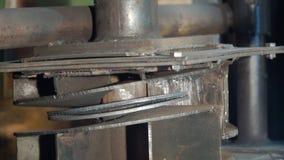 Hydraulisk press på tillverkning gem Process för hydraulisk press Create buktade formade delar med en hydraulisk press Royaltyfria Foton