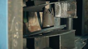 Hydraulisk press på tillverkning gem Process för hydraulisk press Create buktade formade delar med en hydraulisk press Arkivbilder