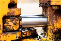Hydrauliskt metallrör och smutsig metall för guling Arkivfoton