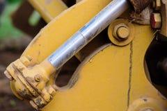 Hydrauliskt metallrör och smutsig metall för guling Arkivbild