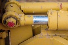 Hydrauliskt metallrör och smutsig metall för guling Arkivfoto