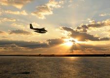 Hydravion au-dessus d'île photos libres de droits
