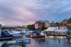 Hydravion chez Victoria Inner Harbour Water Airport au coucher du soleil Image libre de droits
