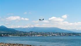 Hydravion décollant au-dessus de la baie de Vancouver - AVANT JÉSUS CHRIST, Canada photographie stock libre de droits