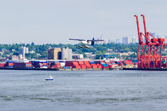 Hydravion et récipients empilés dans le port photo libre de droits