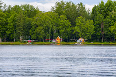 Hydravions le long de capot de lac à Anchorage Alaska Photographie stock libre de droits
