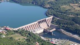 Hydro-elektrische elektrische centrale op Drina-rivier stock videobeelden