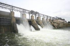 Hydro-elektrische dam op een rivier Stock Afbeeldingen