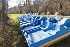 Hydrobikes o bicis del agua con forma del pato cerca de los turistas que esperan del lago del parque por diversi?n fotografía de archivo