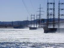 Hydroelektrische Energie stationReset des Wassers am Wasserkraftwerk Stockbild