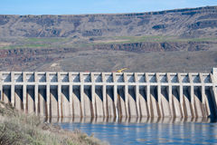 Hydroelektrische Verdammung in einer Schlucht lizenzfreies stockbild