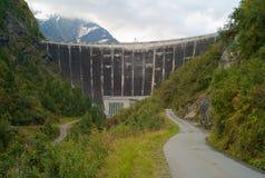 Hydroelektrisches Kraftwerk in den österreichischen Alpen stockfotografie