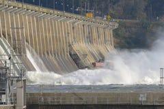 Hydroelektrisk fördämning som släpper vatten in i en flod royaltyfri fotografi