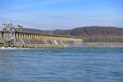 Hydroelektrisk fördämningkraftverk arkivbild