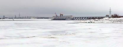 Hydroelektriskt postera på en flod Volga, Ryssland i vinter arkivfoto
