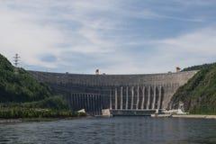 HydroKrachtcentrale sayano-Shushenskaya op de Rivier Yenisei Royalty-vrije Stock Foto