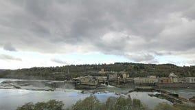 Hydrokraftverk på det Willamette nedgånglåset i den Oregon staden på nedgångsäsongen med den stormiga molnTid schackningsperioden stock video