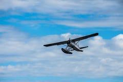 Hydroplan w locie przeciw błękitnemu chmurnemu niebu Obrazy Royalty Free
