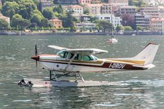 Hydroplane Cessna i Como sjön, Italien fotografering för bildbyråer