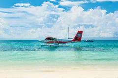 Hydroplane dans l'eau clair comme de l'eau de roche de turquoise Images stock