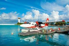 Hydroplane dans l'eau clair comme de l'eau de roche de turquoise Image stock