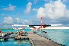 Hydroplane dans l'eau clair comme de l'eau de roche de turquoise Images libres de droits