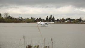 Hydroplane floatig waterspiegel klaar voor het opstijgen stock videobeelden
