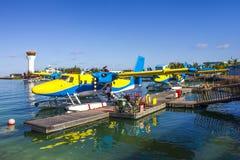 Hydroplane pozycja przy Męskim domowym lotniskiem Maldives Obrazy Stock