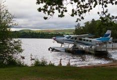 Hydroplane przy jeziornym brzeg w Loch Lomond i kaczki Fotografia Stock