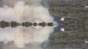 Hydroplane som kastar vatten till brand i den lösa loopable fantasireflexionen stock video