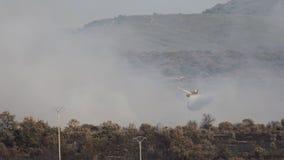 Hydroplaneflyg som dumpar vatten över lös brand stock video
