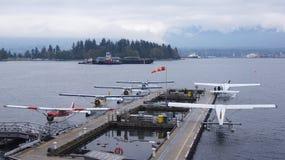 Hydroplanes landar och tar av i hamnen Arkivfoto