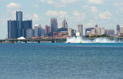 Hydroplanes-Laufen gegen die Detroit-Skyline Stockbilder