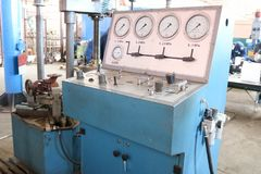 hydrotesting的阀门,管道配件,压力表,泄漏检验,压力大蓝色立场在工厂 免版税库存图片