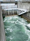 Hydroverdammungssteuerwehr mit unter Ableiter lizenzfreie stockfotos