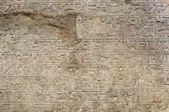 Hyerogliphs égyptiens écrivant sur le vieux fond pierre à macadam photographie stock libre de droits