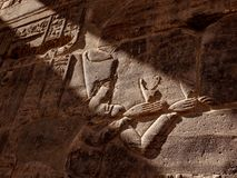 Hyeroglyph que descreve o Isis da deusa no templo de Philae em Aswan Egito fotos de stock royalty free