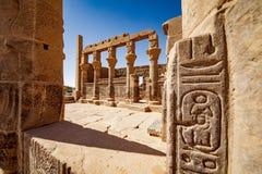 Hyeroglyphs égyptiens d'héritage au temple Assouan de Philae Foyer sur les colonnes de temple à l'arrière-plan image libre de droits