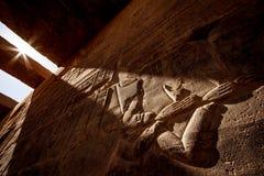Hyeroglyphs egípcios antigos na luz do por do sol no templo Philae de Aswan em Egito imagem de stock