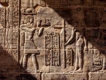 Hyeroglyphs egípcios no templo de Philae em Aswan na luz do por do sol fotos de stock royalty free