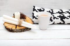 hygge 一个杯子热巧克力和毯子在一张木桌上 图库摄影